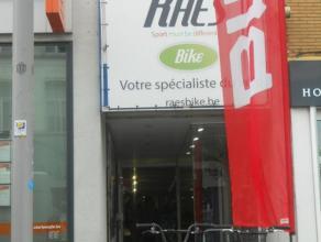 Actuellement exploité pour la VENTE au détail de vélos et accessoires, ce REZ-DE-CHAUSSEE commercial est situé en plein ce