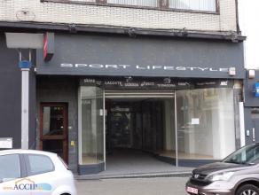 Surface commerciale avec appartement à l'étage Situé en plein centre de La louvière, à proximités de toutes