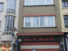 REZ DE CHAUSSEE COMMERCIAL + ENTREPOT Rez de chaussée se composant de : SITUATION : En plein centre de La Louvière sur un axa à h