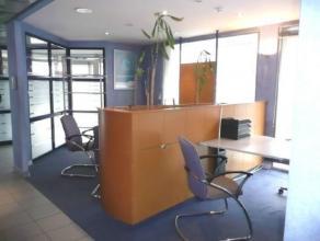 Rez commercial entièrement rénové l fonctionnel et lumineux actuellement à usage de bureaux d'une superficie de +- 120m&su