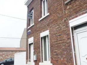 Bonne maison 3 façades rénovée entre 2009 et 2012.  Elle comprend: salon, salle à manger, cuisine avec coin à mange