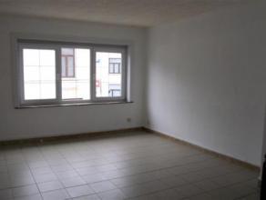 Bel appartement situé au 1er, entièrement rénové. Hall, Living, Cuisine entièrement équipée, Salle de