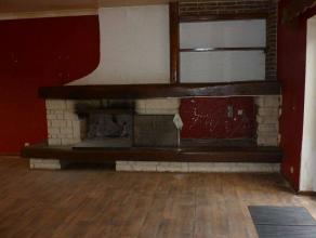Maison unifamiliale de +/- 235 m² à rafraîchir- Elleest composée de 3 niveaux et 2 parties extérieures avec poss