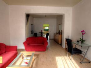 Au Centre de Strépy-Bracquegnies, dans une rue calme et proche de toutes commodités, belle maison rénovée comprenant : Au