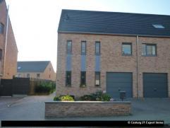 Située à proximité de toutes les facilités socio-économiques, cette récente maison 3 façades offre un