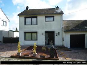 Nichée dans un cadre verdoyant et calme, cette agréable maison 3 façades en bon état avec passage latéral, garage e