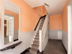 Jolie maison d'habitation située au centre de La Louvière composée comme suit: Rez : Hall d'entrée, salon, salle à