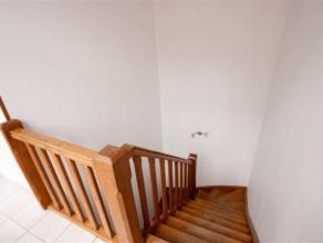 Spacieux appartement 3 chambres composé comme suit: Rez: Sas d'entrée avec escaliers, grand living, cuisine entièrement éq