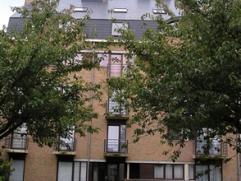 Très bel appartement de 1997 - 78 m². Hall - Séjour - Cuisine équipée - Débarras - Salle de bains avec wc, bai