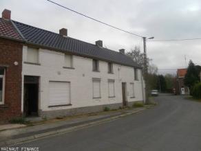 2 maisons à rénover sur 4 ares : 1ere :cave, 4 pièces bas, 3 chambres. 2ème : 2 pièces, salle de bain, 1 chambre, g