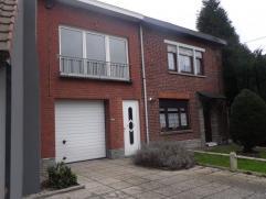 Charmante maison bel étage, bâti sur un terrain de 800m². Hall d'entrée, grand garage, Buanderie, Chambre, spacieux sé
