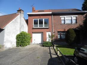 Charmante maison bel étage, bâti sur un terrain de 1250m². Hall d'entrée, grand garage, Buanderie, Chambre, spacieux s&eacute