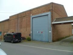 Entre le centre-ville et un quartier résidentiel de Mouscron, entrepôt de 450 m². entièrement isolé, compteur tripha.,