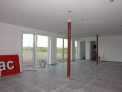 Surface commerciale de +/- 75 m² avec 2 belles vitrines comprenant une réserve de +/- 12 m², wc séparé et parking en de