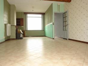 Maison entre pignons très saine avec 2 chambres et jardin !!!REZ: hall d'entrée, large séjour avec salon et salle à manger