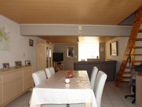 Au rez-de-chaussée: Hall d'entrée, séjour avec salon et salle à manger offrant une cheminée avec un poêle &ag