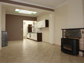 Hall d'entrée, salon en façade, salle à manger offrant une cheminée, cuisine équipée avec coin repas compren
