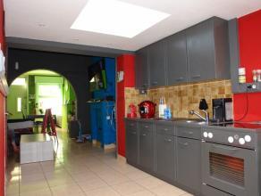 Au rez-de-chaussée: Séjour avec salon et salle à manger offrant une cheminée et une belle arcade entre les 2 pièces