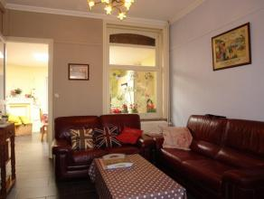 REZ: hall d'entrée, grand séjour avec salon et salle à manger (beau carrelage), cuisine équipée avec four, taques &