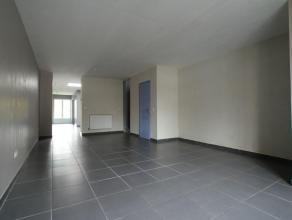 Hall d'entrée, spacieux séjour avec salon et salle à manger, cuisine semi-équipée avec taques au gaz, évier