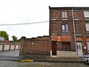 MAISON 3 CHAMBRES EN CENTRE VILLE Habitation en bon état comprenant: Living de 28 m2 ouvert sur une large cuisine semi-équipée (h