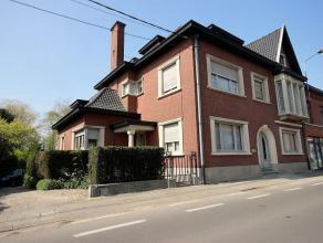 Située à proximité de la très charmante place d'Herseaux, cette merveilleuse maison de maître à double distri