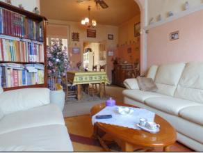 Caractéristiques Maison entre pignons comprenant :- Rez : hall, living (30m²), espace cuisine avec coin repas (16m²), sdb (douche, ba