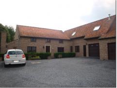 Caractéristiques A louer splendide fermette de caractère sur 2050 m². RDC : grand living avec cheminée en pierre de France,