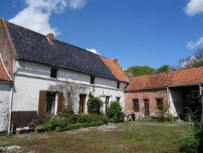 Unique ferme en carré sur 98 ares en plein centre de Chièvres, datant de 1600 ème siècle, avec un cachet unique, tr&egrave