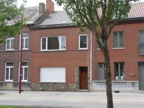 Maison de rangée rénovée, à 200 m de la Grand Place. Description: Cave (24 m²) Rez : hall, salon (20 m²), s&eacu