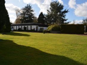 Ancien pool house, plain-pied de 310m² ré aménageable en habitation Dans un site champêtre accessible par un chemin de campag