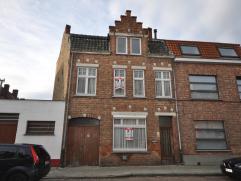 VERLAAGDE PRIJS Deze woning is gelegen op wandelafstand van Brugge-Centrum en is uiterst geschikt voor diverse doeleinden. op het gelijkvloers: ruime