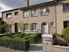 Instapklare gezinswoning met tuin Goed onderhouden gezinswoning bestaande uit: inkom met gastentoilet, ruime woonkamer met veel lichtinval, prachtige