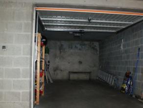 Afgesloten garagebox met dubbele automatische poort in complex aan de Komvest.