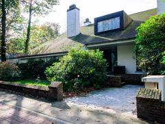 Goed gelegen ruime villa met 4 slaapkamers en geschikt voor diverse mogeiijkheden zoals B&B, vrij beroep,... Deze woning beschikt over een garage