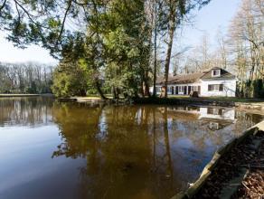 Deze residentiële villa met 4 slaapkamers ligt verscholen tussen het rustige groen met een prachtig zuidgerichte tuin aan een grote vijver.  Inko