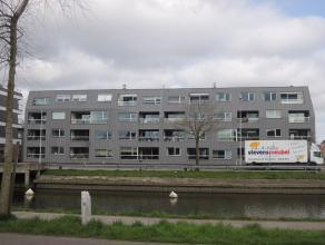 Ruim dakappartement (137m2) met terras (16m2) en garagebox gelegen langs de Damse Vaart nabij de ring. Inkomhal met gastentoilet, living met eet-en z