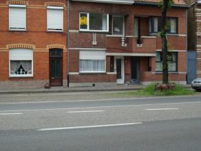 Prachtig onderhouden rijwoning met tuin te St-Kruis, nabij centrum  Brugge. Gelijkvloers: Inkomhall, ruime living, ingerichte keuken, badkamer, veran