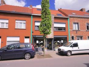 Centraal gelegen woon- en handelshuis voor diverse beroepsdoeleinden.  Op het gelijkvloers is er een winkel met een polyvalente ruimte (ong. 98m²