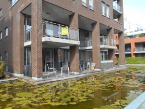 Uniek gelijkvloers duplexappartement uitermate rustig gelegen.<br /> Inkomhal, apart toilet, ruime living met zicht op vijver, ingerichte luxe keuken