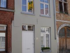Prachtige, volledig gerenoveerde, gemeubelde woning in hartje Brugge. Het huis heeft in 2011 een volledige make-over ondergaan en straalt klasse en g