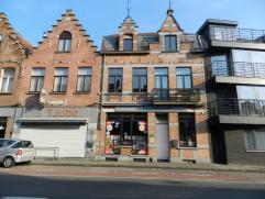 Heel interessante eigendom op een perfecte locatie nabij de Smedenpoort, het herenhuis (gebouwd in 1910 in eclectische stijl-volledig gerenoveerd) aan
