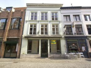 brede etalages, circa 90 m2 smaakvol ingerichte winkelruimte, achteraan uitgevend op het pas hernieuwde binnenplein van de Biekorf (terras ?), ruime w