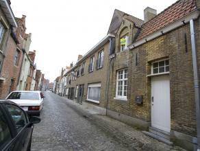 Netjes afgewerkt en zeer gezellige woning met 2 slaapkamers te Brugge GLV: living met mooi balkenplafond - open keuken - koertje - wasplaats en toilet
