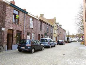 Leuk huisje, heel degelijk afgewerkt, met een flinke terrastuin, perfect gelegen.GLV : inkom-knappe living (antieke eiken deuren, bevloering in Portug