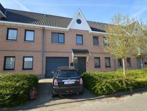 Ruime gezinswoning met 4 slaapkamers, tuin en garage. De woning is gelegen in het dorpscentrum van Sint-Michiels, met een uitstekende verbinding naar