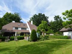 Villa  met afz praktijk ruimte in bosrijk gebied te Sint-Kruis. Deze ruime villa heeft een ruime inkomhal met natuurstenen vloer, eetplaats met ingema