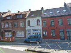 Deze te renoveren rijwoning is gelegen op invalsweg te Assebroek nabij historisch centrum Brugge. Indeling: Winkelruimte met achterliggende leefkeuke