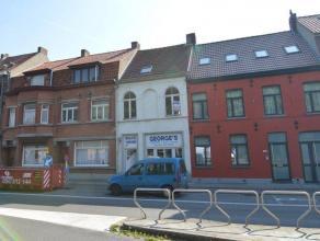 Deze te renoveren rijwoning is gelegen op invalsweg te Assebroek nabij historisch centrum Brugge.<br /> Indeling: Winkelruimte met achterliggende leef