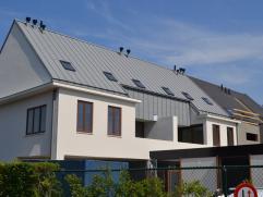 Deze nieuwbouw duplex-woning (227 m²) op een strategische ligging te Sint-Andries heeft een zuidgericht terras (12m²) met open zicht. De vol